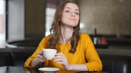 talep : Happy woman drinking cappuccino alone, asking waiter for bill, relaxation