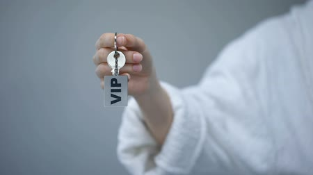 prim : VIP inscription on keychain in person hand, luxury resort for rich customers Stok Video