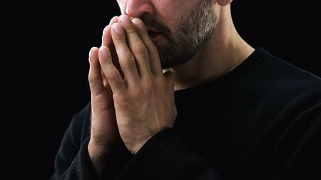 peça : Sick poor man praying to God against dark background, Christianity, belief