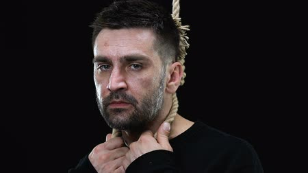věta : Scared man with hangmans noose around neck looking at camera, death penalty Dostupné videozáznamy