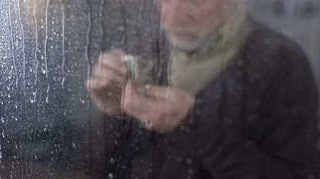ümitsizlik : Poor retired man counting money in hand, economic crisis, financial problem