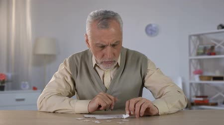 ロジック : Pensioner trying to combine puzzle, having memory problems, cognitive impairment