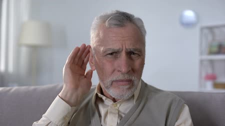 incapacidade : Confused pensioner trying to hear conversation, problem of deafness in old age