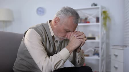 durulması : Elderly man sadly bowed head, feeling lonely and depressed, old age crisis
