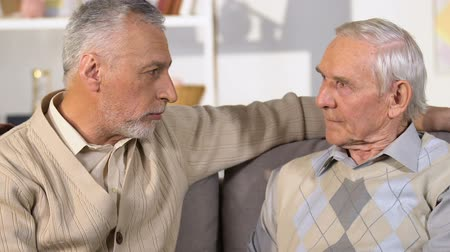 discutir : Retired men discussing problem, aged pensioner hugging friend supporting crisis Vídeos