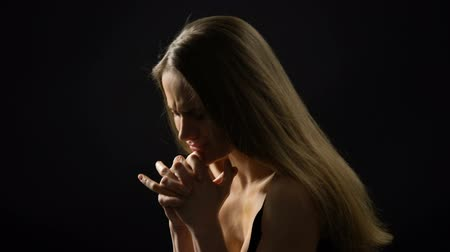 ümitsizlik : Worried woman suffering from depression and life problems, black background