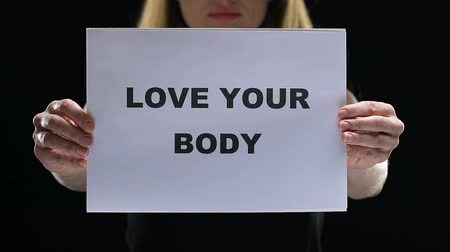 personalidade : Female holding love your body sign, acceptation of own appearance, stop shaming