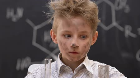 banka : Frightened dirty schoolboy at chemistry lesson, faulty experiment results Dostupné videozáznamy