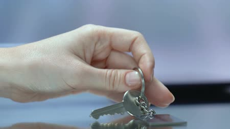 бронирование : For rent inscription on keychain, woman taking key at reception desk, realestate