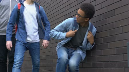 хулиган : Senior students bullying african american boy outdoors, cruelty between youth