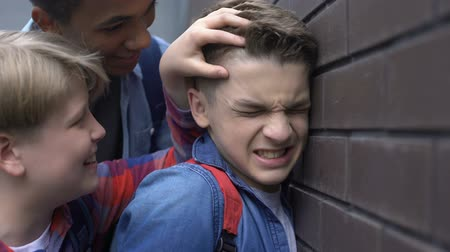 médio : Mean teenagers bullying, pushing classmate to wall, threatening physical harm
