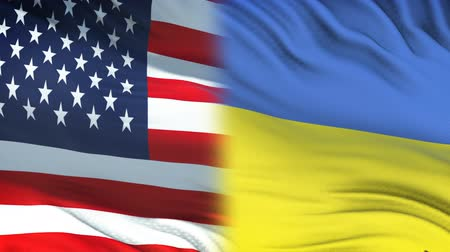 confidentialité : USA and Ukraine officials exchanging confidential envelope, flags background Vidéos Libres De Droits
