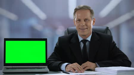 ajánlás : Green screen laptop near smiling man in suit business application recommendation Stock mozgókép