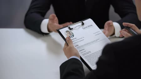 recrutamento : HR manager crossing job applicant name out resume during interview, failure
