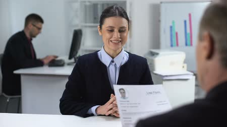 vorteile : Inspired young woman presenting curriculum vitae to future boss, job interview