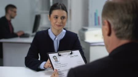 nombre : Employer crossing out female applicant name in resume during interview, failure Archivo de Video