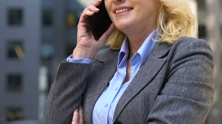 eficiente : Senior female CEO doing business over cell phone, corporate mobile provider