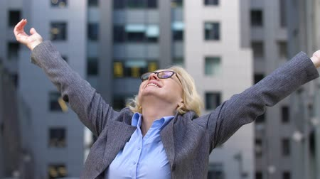 преуспевать : Mature lady raising arms, rejoicing fresh air, successful fight against allergy