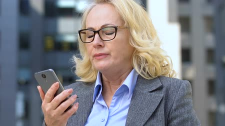 descarregamento : Businesswoman dissatisfied with slow mobile internet, failed file sharing on app