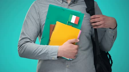 campus universitario : Estudiante con cuadernos con bandera italiana, programa de educación internacional Archivo de Video