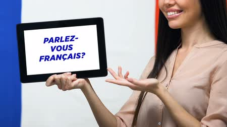 traduzione : Do you speak French on tablet screen in female hand, language studying app Filmati Stock