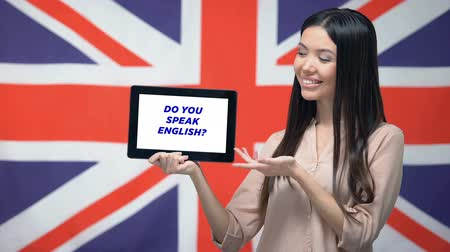 bandeira americana : Woman holding tablet with do you speak english phrase, app for learning language Vídeos