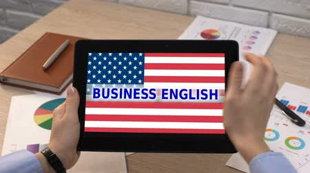 bandeira americana : Business English application against USA flag on tablet in female hand, tutorial Vídeos