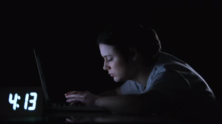 épuisement : Exhausted woman falling asleep while working on computer, self-occupied worker