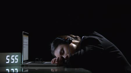 rozsáhlý : Exhausted lady office worker sleeping on laptop, suffering extensive workload Dostupné videozáznamy