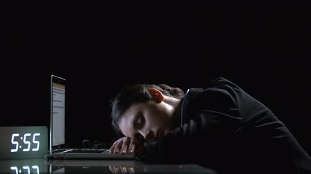 unavený : Tired businesslady sleeping on computer, suffering exhaustion before deadline
