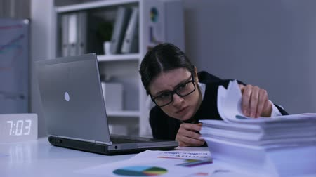 rozsáhlý : Upset female office employee looking desperately at pile of paper lying on desk Dostupné videozáznamy