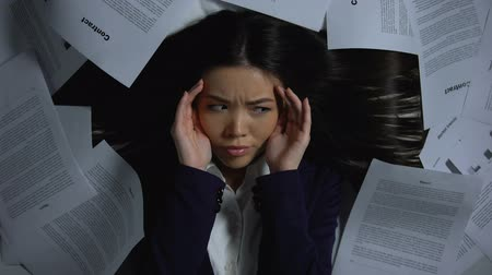 перегружены : Businesswoman scared of large amount of work, overload and stress concept