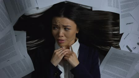 перегружены : Lady in business suit nervous about large amount of work, job burnout, deadline