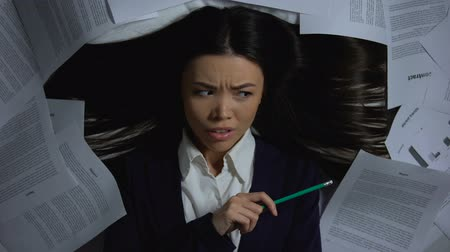перегружены : Female asian businesswoman overwhelmed with paperwork, lack of productivity Стоковые видеозаписи