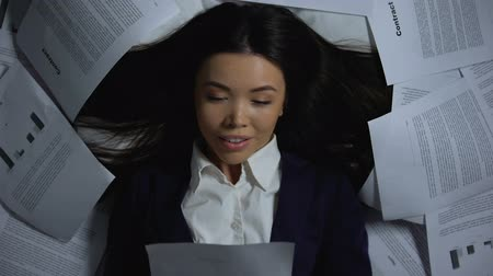 dokumentum : Asian businesswoman reading successful contract, happy to finish work, overhours