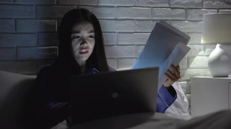 отчаянный : Asian woman hurrying to finish job report late in bedroom, missing deadline Стоковые видеозаписи