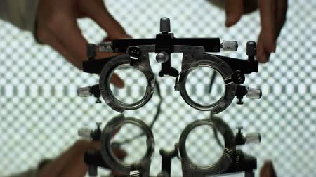 оптический : Doctor hands putting optical trial frames, eyeglass prescription, ophthalmology