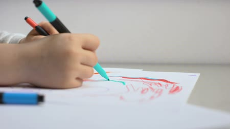 оптический : Child drawing with pencils, taking off glasses, color blindness treatment