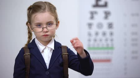 оптический : Schoolgirl crying wearing broken glasses, got bullied by peers for spectacles