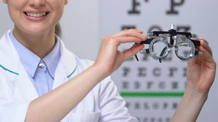 rekomendacja : Ophthalmologist showing phoropter, vision checking device, medical equipment