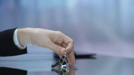 invité : Guest taking keys from desk, checking to hotel, booked room for trip, vacation