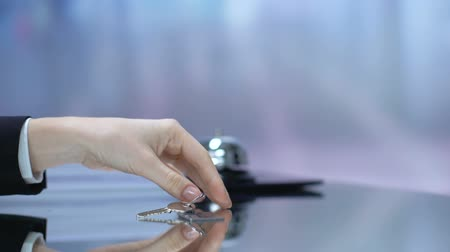 бронирование : Guest taking keychain from reception desk, booking hotel, accommodation, trip Стоковые видеозаписи