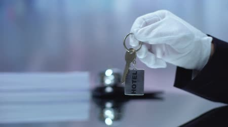 dzwonek : Administrator in glove giving guest keychain, visiting hotel, service quality