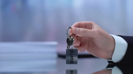 empresária : Real estate manager giving customer keys from suite, luxurious apartment Stock Footage