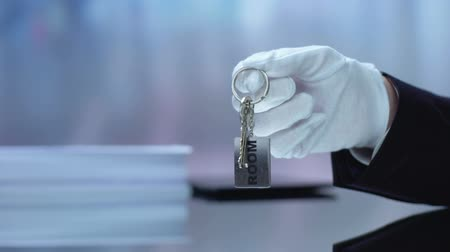 inchecken : Room written on keychain hotel administrator lying on reception desk, HoReCA