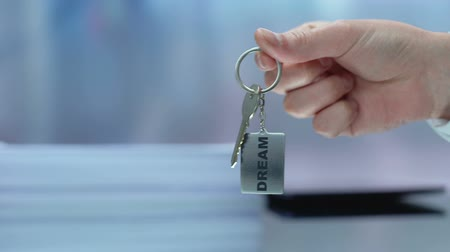 decisões : Hand proposing keychain, female accepting challenge, inspiration and dream Stock Footage