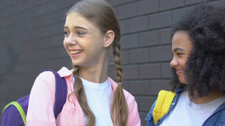 significar : Female students laughing at classmate passing by, verbal bullying, bad rumors