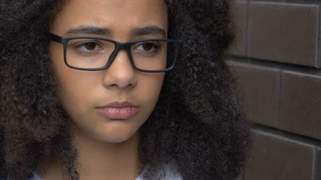 perdedor : African american girl feeling depressed and lonely, victim of racial bullying