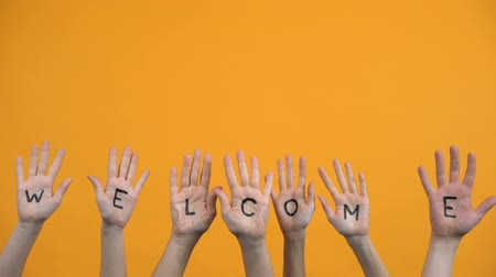 voluntário : Welcome written palms on orange background, community togetherness, invitation
