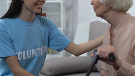 voluntário : Friendly volunteer talking to retired lady, social worker supporting pensioner